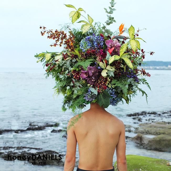 頭戴大花遊走海邊